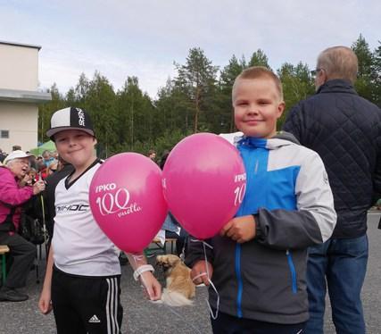Anttu Reijonen ja Viljami Voutilainen valitsivat vaaleanpunaiset pallot.
