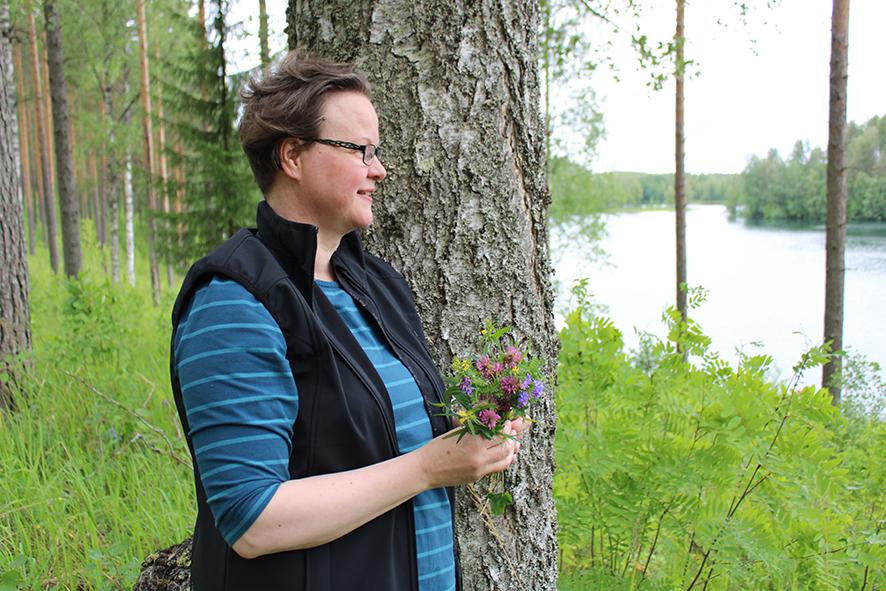 Mirja Kotivaara ammentaa rauhaa luonnosta, sen hiljaisuudesta ja kauneudesta. Leinosenlammen rannat ovat Jyrissä asuvalle naiselle käyneet tutuksi. Oman eritysherkkyyden tunnistaminen on lisännyt Kotivaaran kiinnostusta psykologiaan.