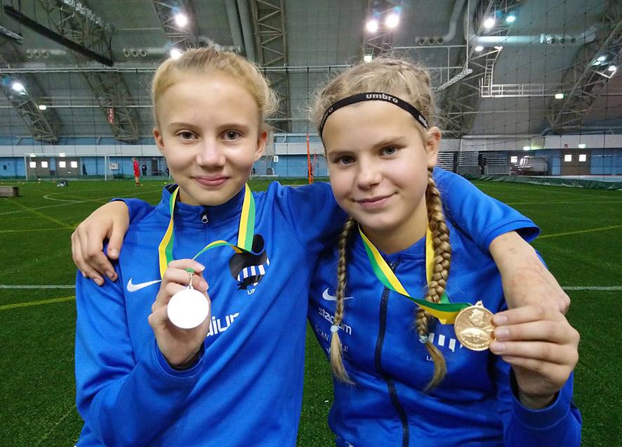 Pinja Kurki (oik.) voitti T12-sarjan ja Bea Tanskanen sai hopeaa T13-sarjassa.
