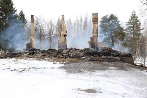 Rauniot paloivat edelleen maanantaina iltapäivällä.