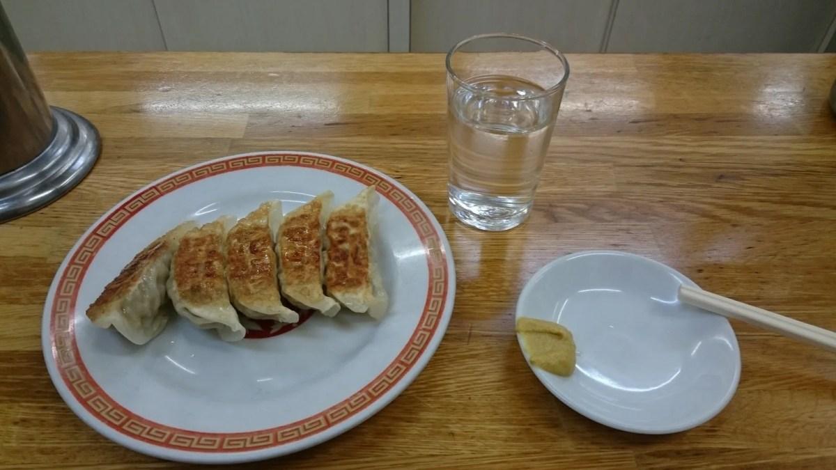 亀戸餃子本店。焼きたての餃子がどんどん出てくる楽しいお店。
