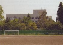 国語研究所1号館(研究所北側の西が丘競技場グラウンドから)