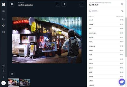 ユーモラスな看板のある居酒屋の写真をClarifaiで分析した画面