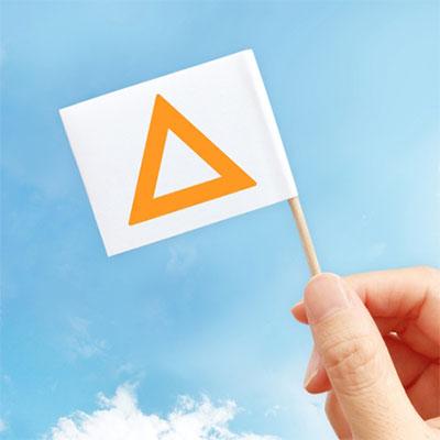 三角の印がついた旗を掲げる