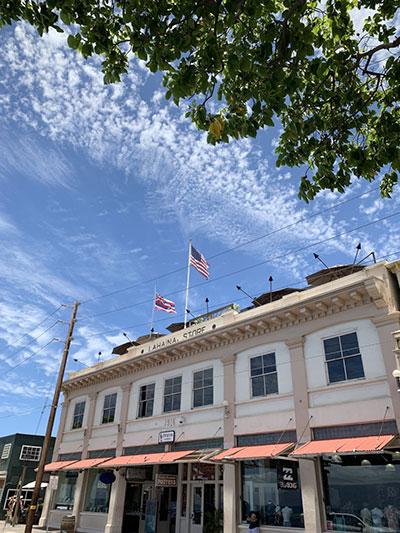 アメリカ国旗と建物