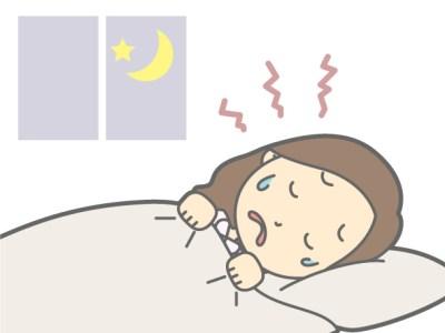 強い頭痛で横になる女性
