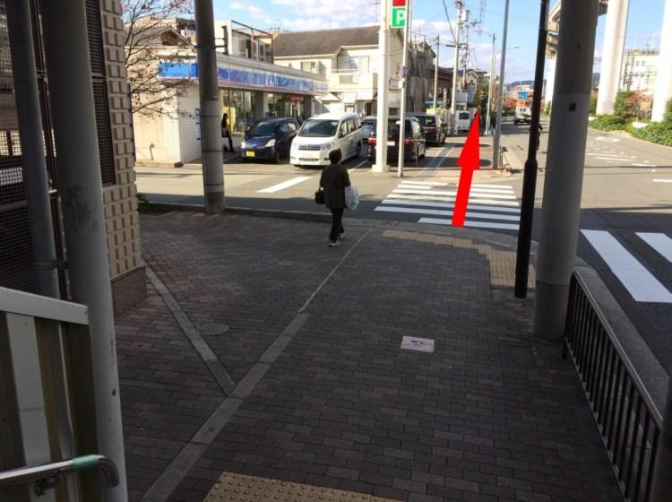 駅ビルのルシオーレの入り口右手の階段を降りると左手にローソンが見える
