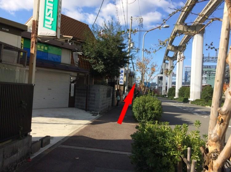 右手に阪急電車の線路を見ながら石橋方面に進む
