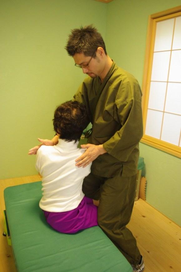 身体検査を行う施術者