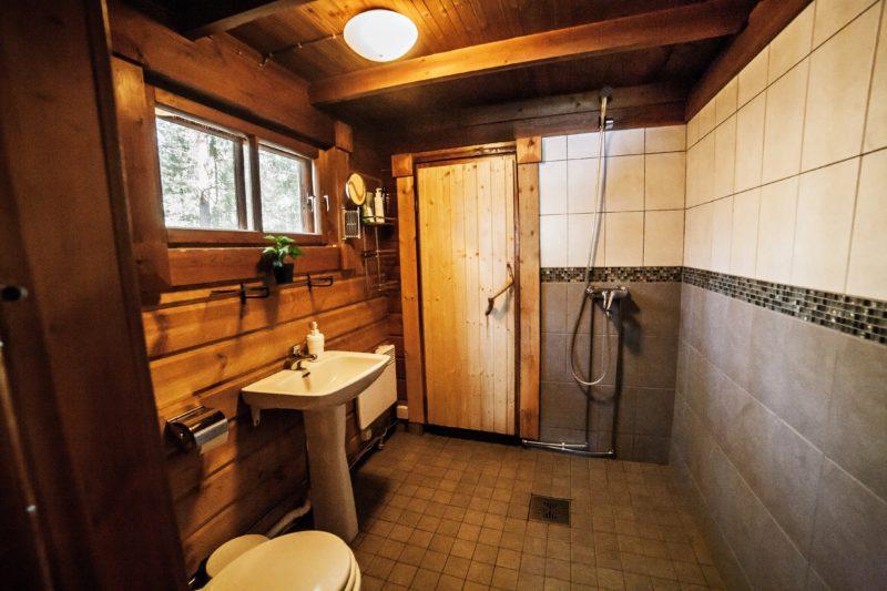 Pesuhuoneessa erillinen wc