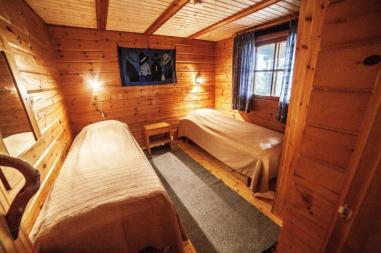 makuuhuoneessa 2x80 sängyt