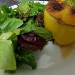 Fyldte peberfrugter serveret med salat.