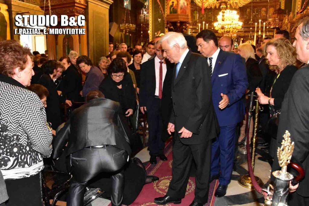 Μία ηλικιωμένη γυναίκα έπεσε κατά την έξοδο του πρόεδρου της Δημοκρατίας Προκόπη Παυλόπουλου (Κ) από την εκκλησία του Αγίου Πέτρου στο Αργος ,Τρίτη 3 Μαΐου 2016.