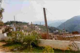Άποψη της Κεφάλας από την αυλή της εκκλησίας του Αγίου Αντωνίου. Στο βάθος, πισω από το λόφο (δεν φαίνεται), βρίσκεται το νεκροταφείο του χωριού.