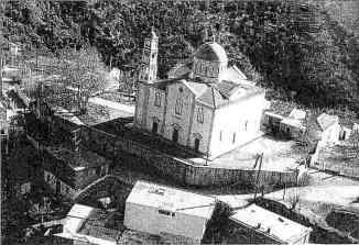 Ο Άγιος Αντώνιος, στο κέντρο του χωριού (αεροφωτογραφία). Η εκκλησία χτίστηκε το 1904 στη θέση πολύ μικρότερης και παλιότερης εκκλησίας.
