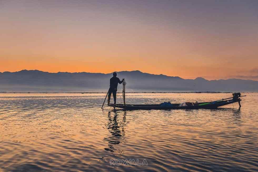 Pêcheur au lever de soleil sur le lac Inle au Myanmar