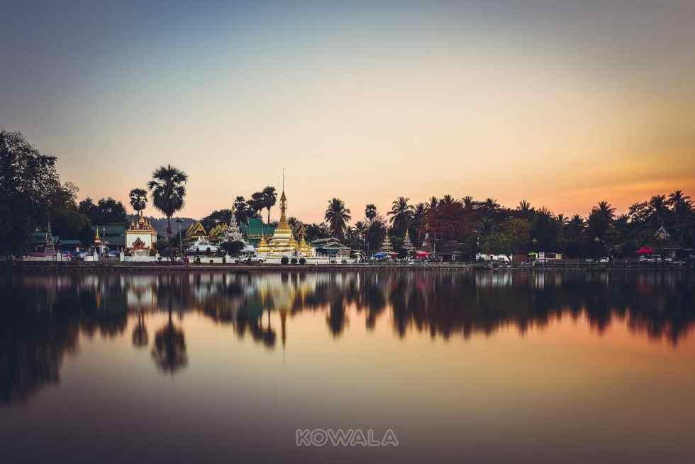 Coucher de soleil et reflet sur le lac à Mae Hong Son, Thaïlande