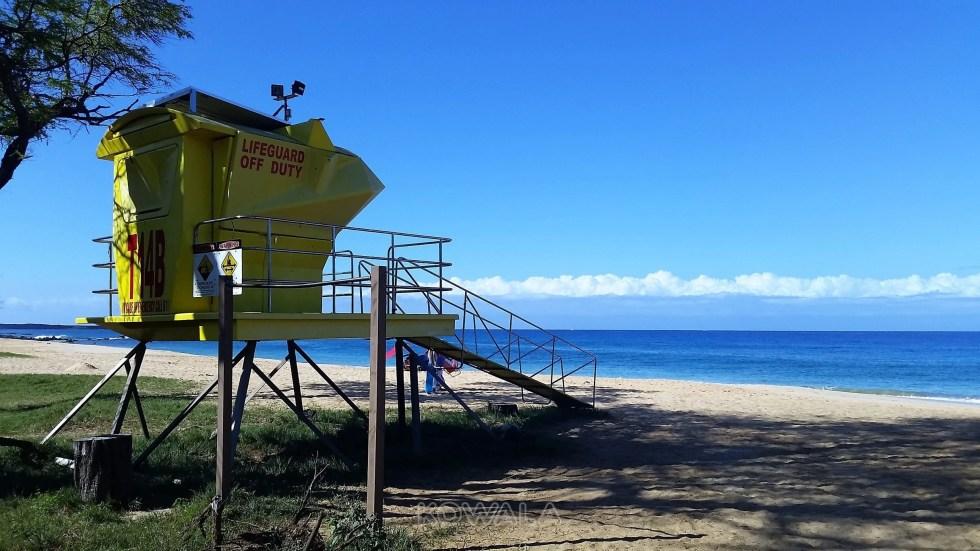 grande plage de maui avec poste de maitre nageur