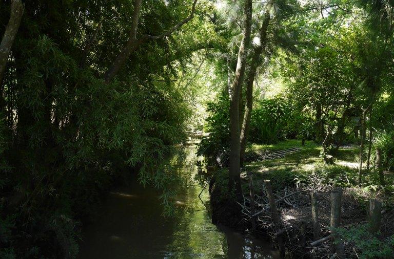 chemin au bord de l'eau, a Les Tres Bocas, dans le delta du Tigre, en Argentine