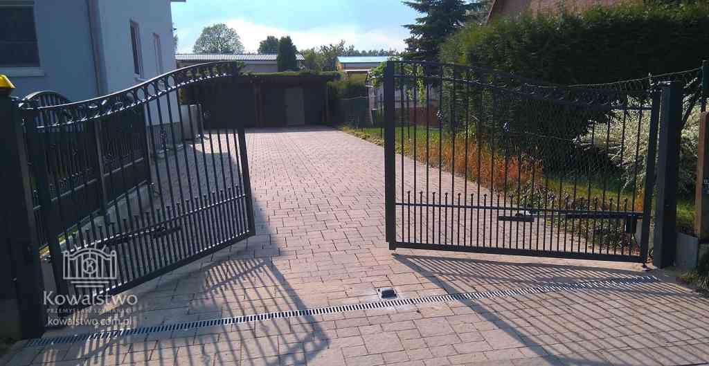 Brama dwuskrzydłowa wznosząca się do podjazdu