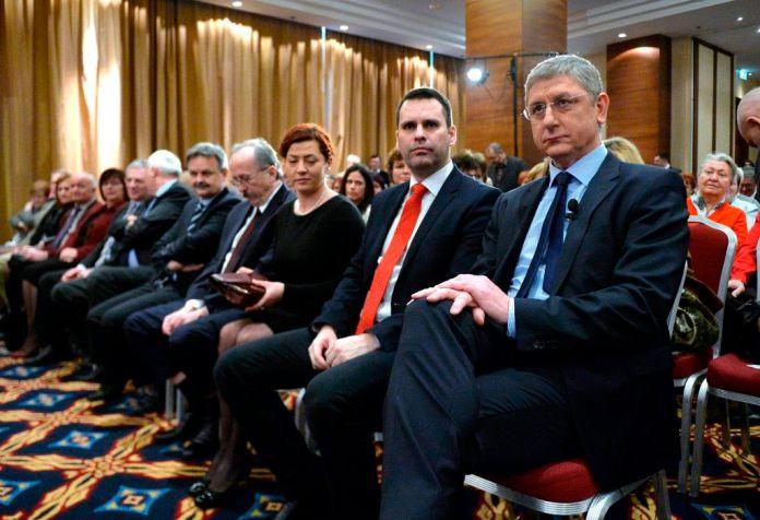 Gyurcsány Ferenc, a Demokratikus Koalíció elnöke, volt szocialista miniszterelnök (j), valamint Molnár Csaba (j2) és Vadai Ágnes (j3) alelnökök a párt évértékelõ rendezvényén a Budapest Marriott Hotelben 2015. január 31-én. MTI Fotó: Máthé Zoltán