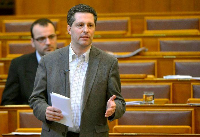 Schiffer András, a Lehet Más a Politika vezérszónoka felszólal a Magyarországnak nincs szüksége megélhetési bevándorlókra címû vitanapon az Országgyûlés plenáris ülésén 2015. február 20-án. MTI Fotó: Illyés Tibor