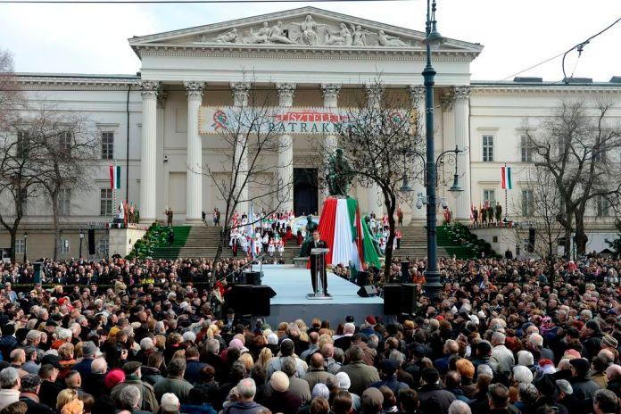 Orbán Viktor miniszterelnök (k) beszédet mond az 1848-49-es forradalom és szabadságharc kitörésének 167. évfordulóján rendezett állami ünnepségen Budapesten, a Múzeumkertben 2015. március 15-én. MTI Fotó: Kovács Tamás