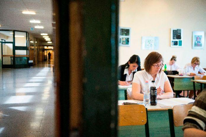 Nyíregyháza, 2016. május 2. Távoktatásban részt vevõ felnõtt diákok a magyar nyelv és irodalom írásbeli érettségi vizsgán a nyíregyházi Bánki Donát Mûszaki Középiskola és Kollégiumban 2016. május 2-án. A magyar nyelv és irodalom, valamint a magyar mint idegen nyelv írásbeli vizsgájával megkezdõdött az idei tanév május-júniusi érettségi idõszaka, amelyben összesen mintegy 112 ezren adnak számot tudásukról. MTI Fotó: Balázs Attila