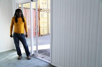 José Thérèse découvrant une des futures salles de classe de la nouvelle école.