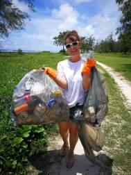 Axelle Penven participe bénévolement aux activités de l'ONG Project Rescue Ocean Maurice en nettoyant les plages de l'île.