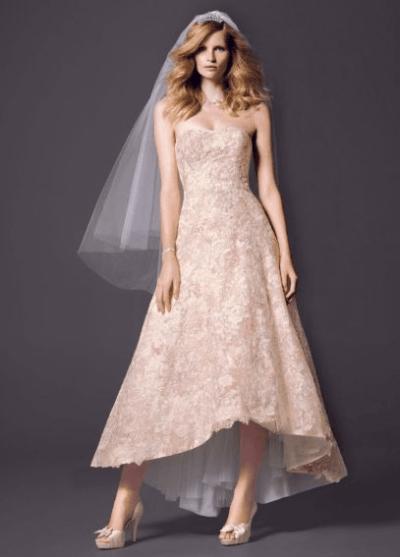 Vestido de novia color rosado de Oleg Cassini de media pierna, 450 euros