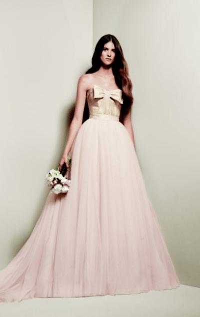 Vestido de novia en rosa y champagne o solo champagne con falda de vuelo de tul, de Vera Wang 312 euros.