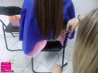 Šišanje i tanjenje kose – atmosfera sa kursa za profesionalne frizere