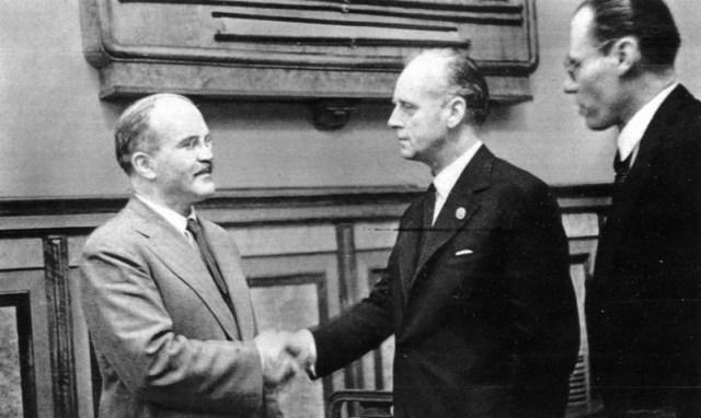Німеччина осуджує пакт Молотова Ріббентропа, Росія вважає його корисним