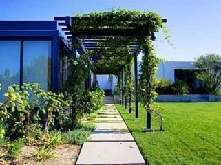 ivy-and-lattice-work-outside-Anistons-house