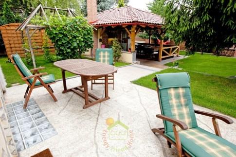 Mediterrán könnyűszerkezetesház terasz és kerti konyha