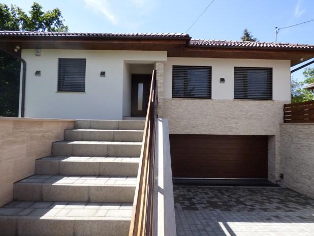 Családi ház lépcsőfeljáró és homlokzat