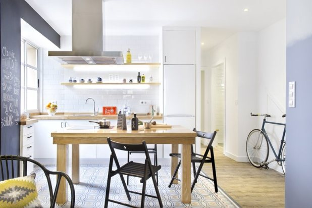small-apartment-in-Spain-dining-table