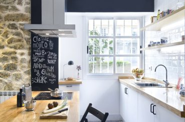 small-apartment-in-Spain-kitchen-counter