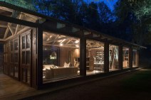 summerhouse-in-Chile-glowing-at-night