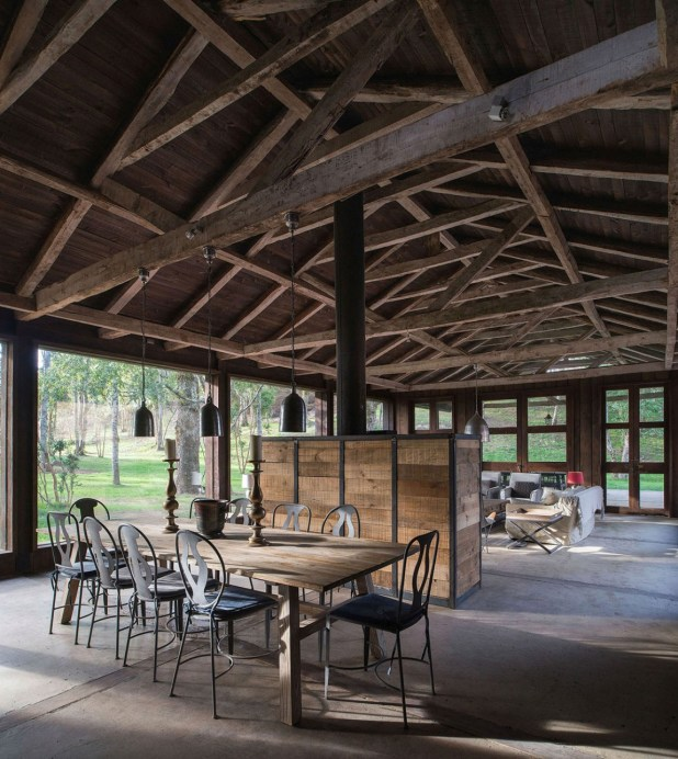 summerhouse-in-Chile-rustic-dining-area