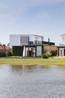 Lake-view-Enseada-House-from-Arquitetura-Nacional