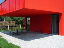 red-house-in-munich-cantilevered-space