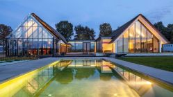 H-shaped-house-frames-the-swimming-pool