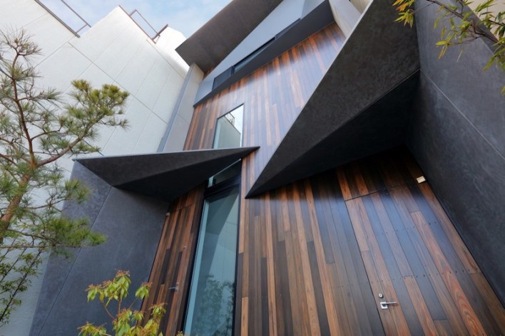 Small-house-in-Kyoto-features-a-stained-timber-facade