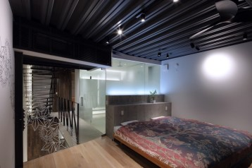 Small-house-in-Kyoto-has-a-ceiling-made-of-exposed-steel