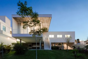 White-house-in-Brazil-has-large-overhangs-that-form-balconies