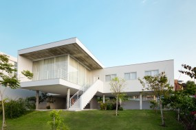 White-house-in-Brazil-with-an-open-ground-floor
