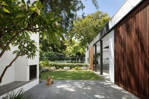 Pre-war-house-extension-opens-onto-a-beautiful-and-serene-garden