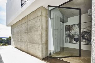 Glass-doors-that-pivot-help-fuse-the-outdoors-with-the-indoors